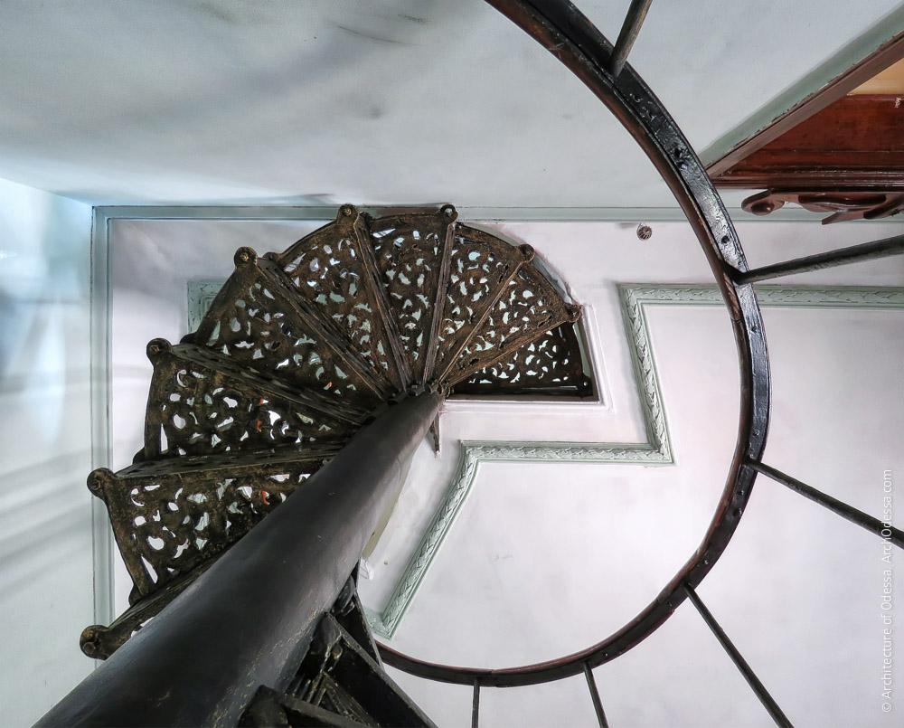 Винтовая лестница на первом этаже, вид снизу вверх