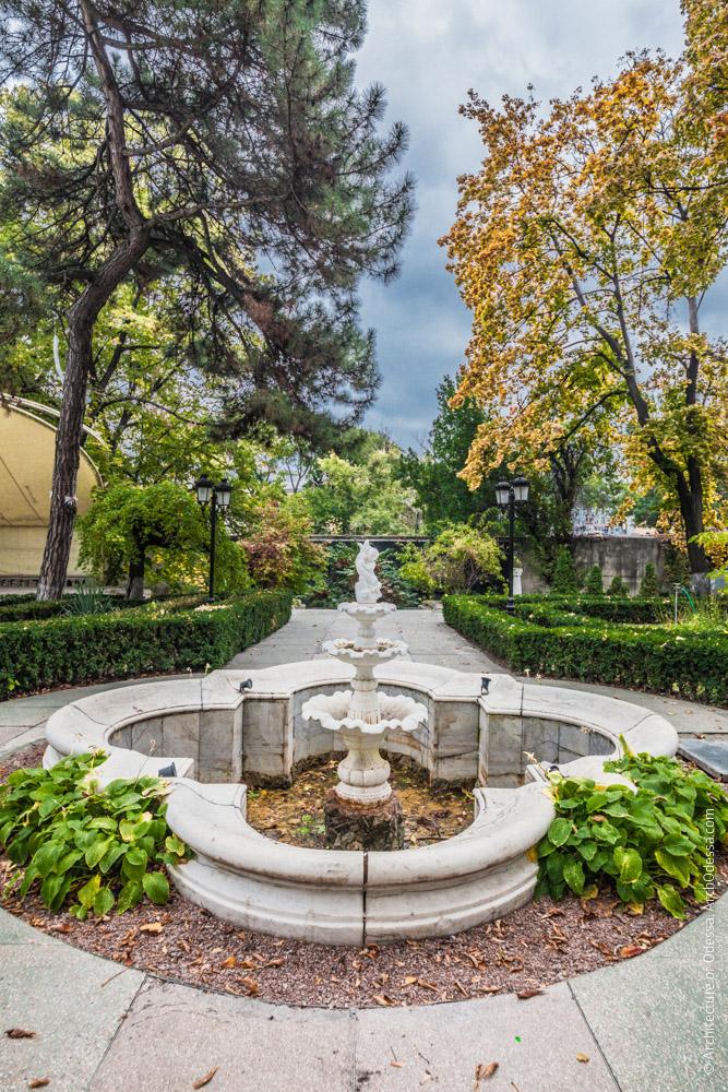 Вид фонтана и сада