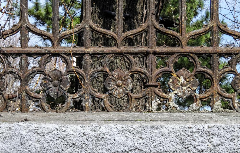 Ограда, фрагмент кованной части