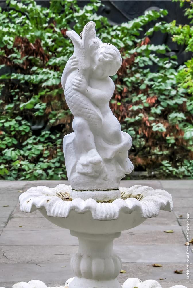 Скульптура, венчающая чашу фонтана