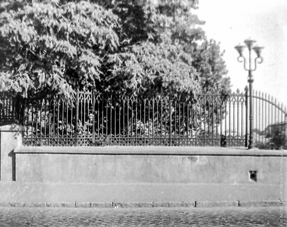Ограда. Фото: Владимир Георгиевич Никитенко, 1970-е годы