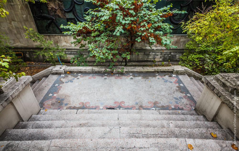 Бетоно-мозаичная площадка лестницы