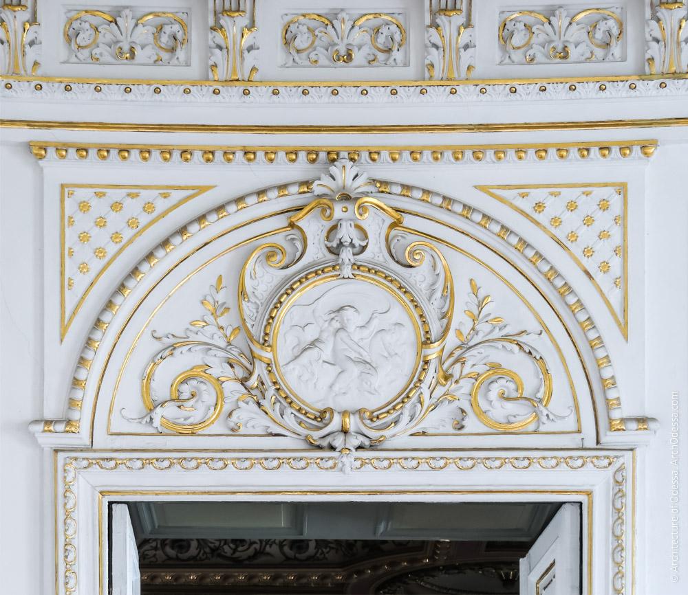Филенка над дверным проемом