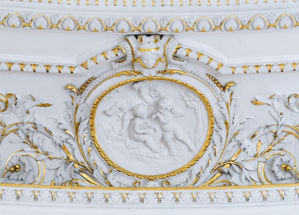 Один из медальонов фриза