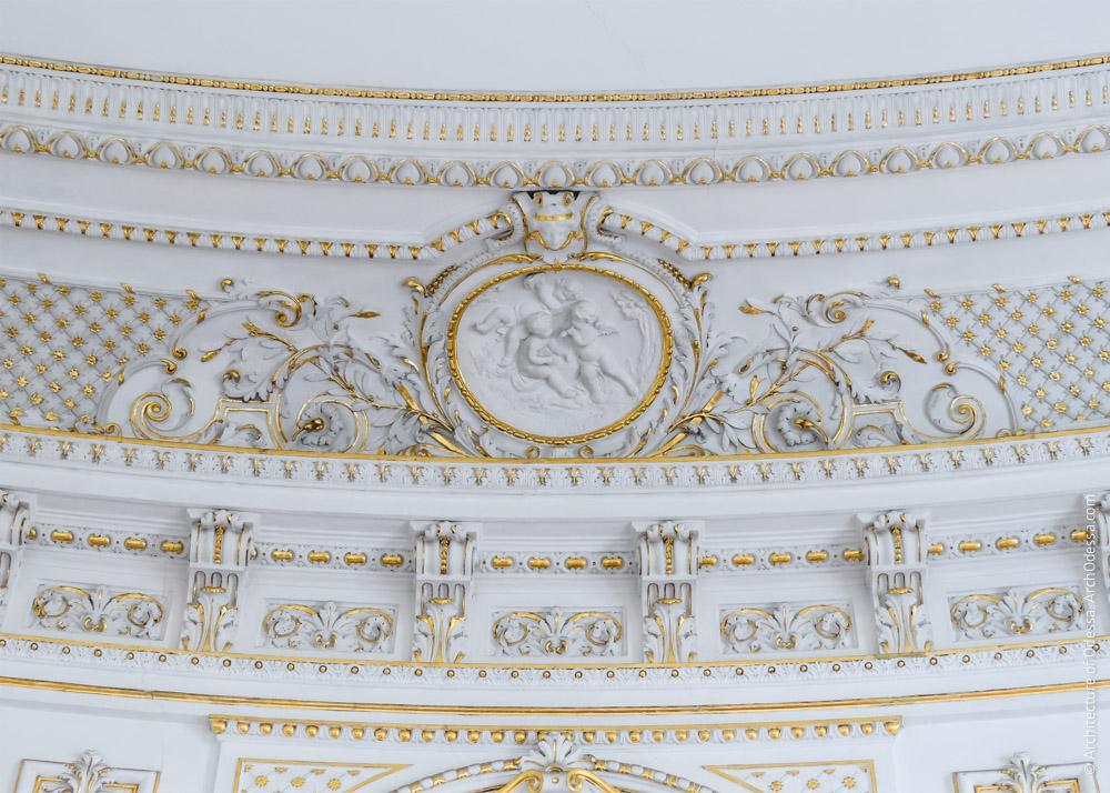 Фрагмент карниза и фриза с медальоном