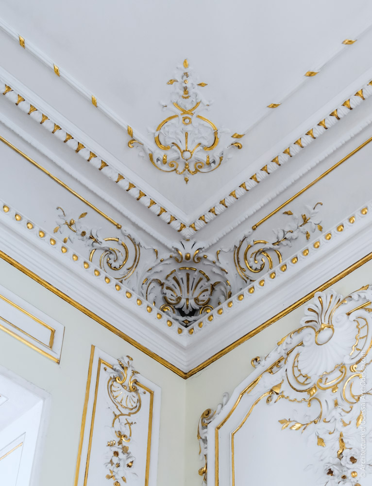 Отделка угловой части карниза и потолка
