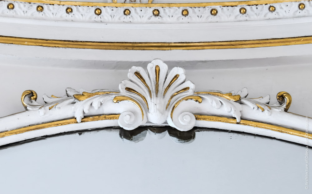 Деталь верхней части зеркальной рамы