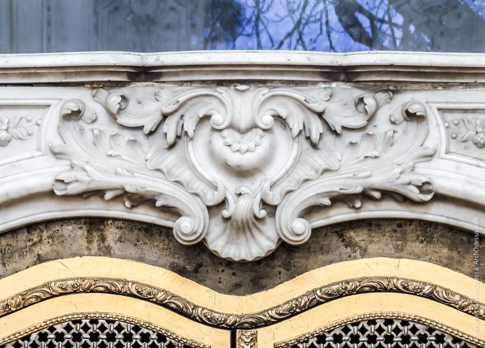 Камин, деталь мраморной резьбы