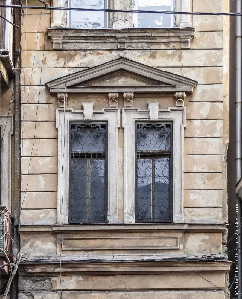 Двухдольное окно бокового ризалита