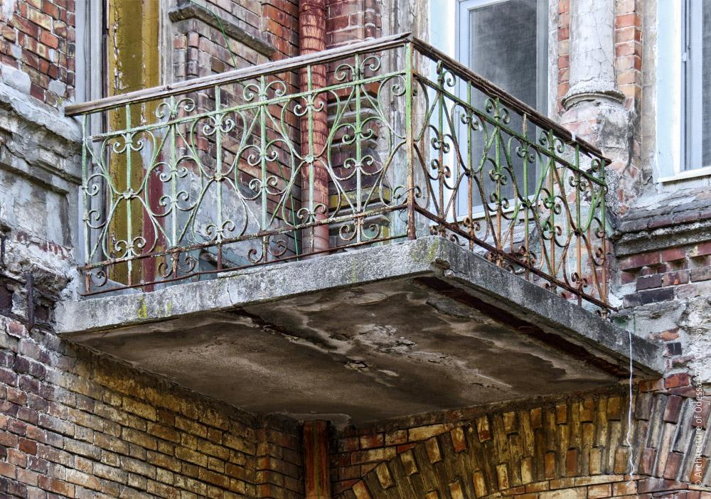Балкон, примыкающий к эркеру над порталом