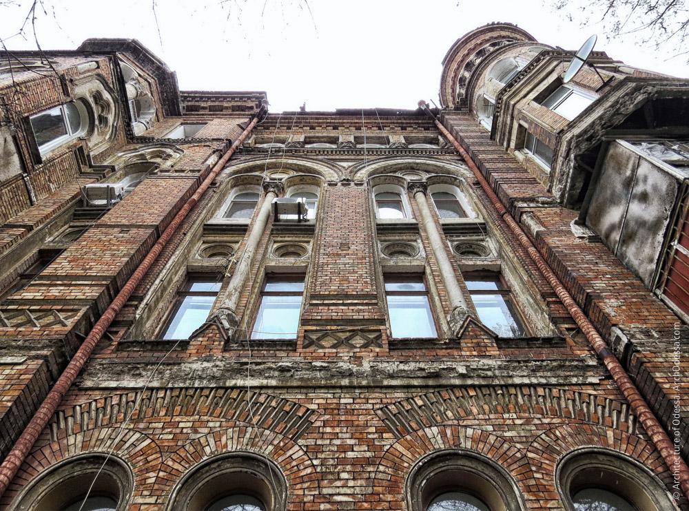 Основная фасадная плоскость (справа от центрального ризалита), вид снизу вверх