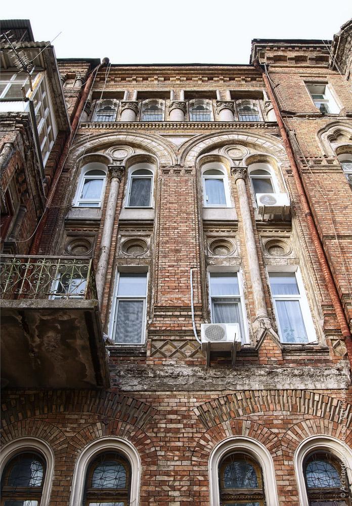 Основная фасадная плоскость (слева от центрального ризалита), вид снизу вверх