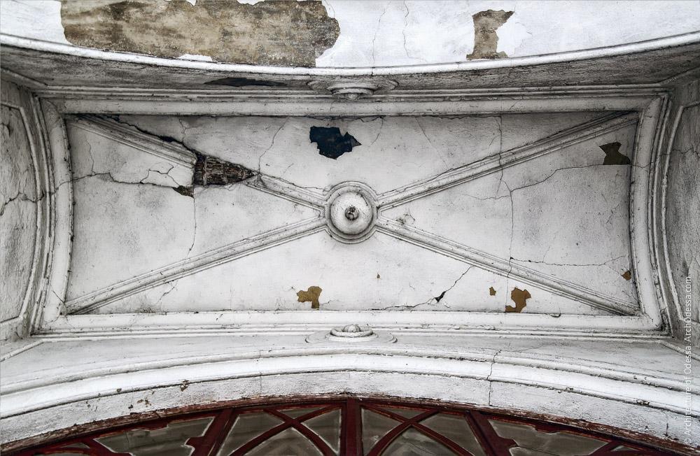 Своды арки над окном дворницкой