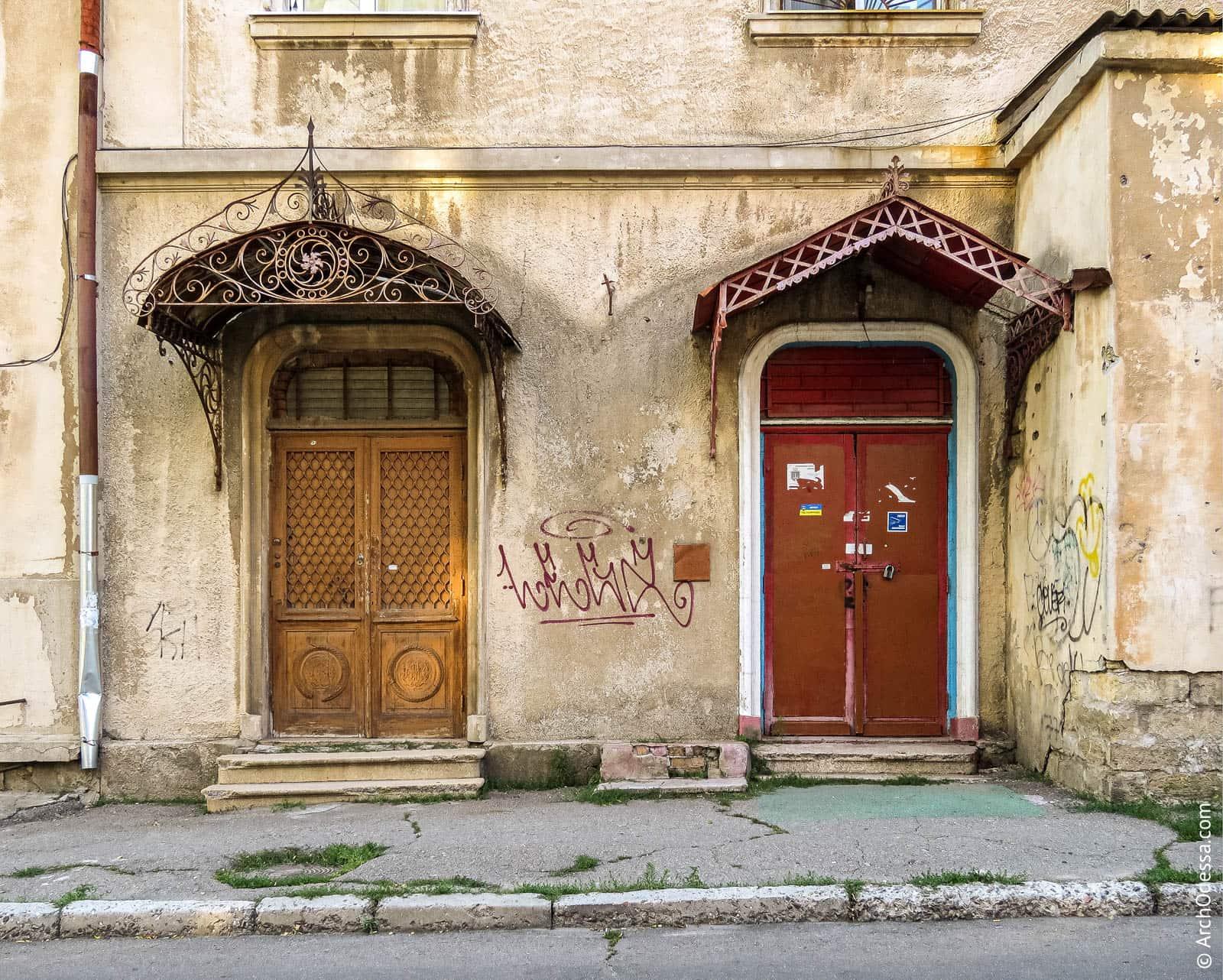 Общий вид обеих дверей и козырьков над ними