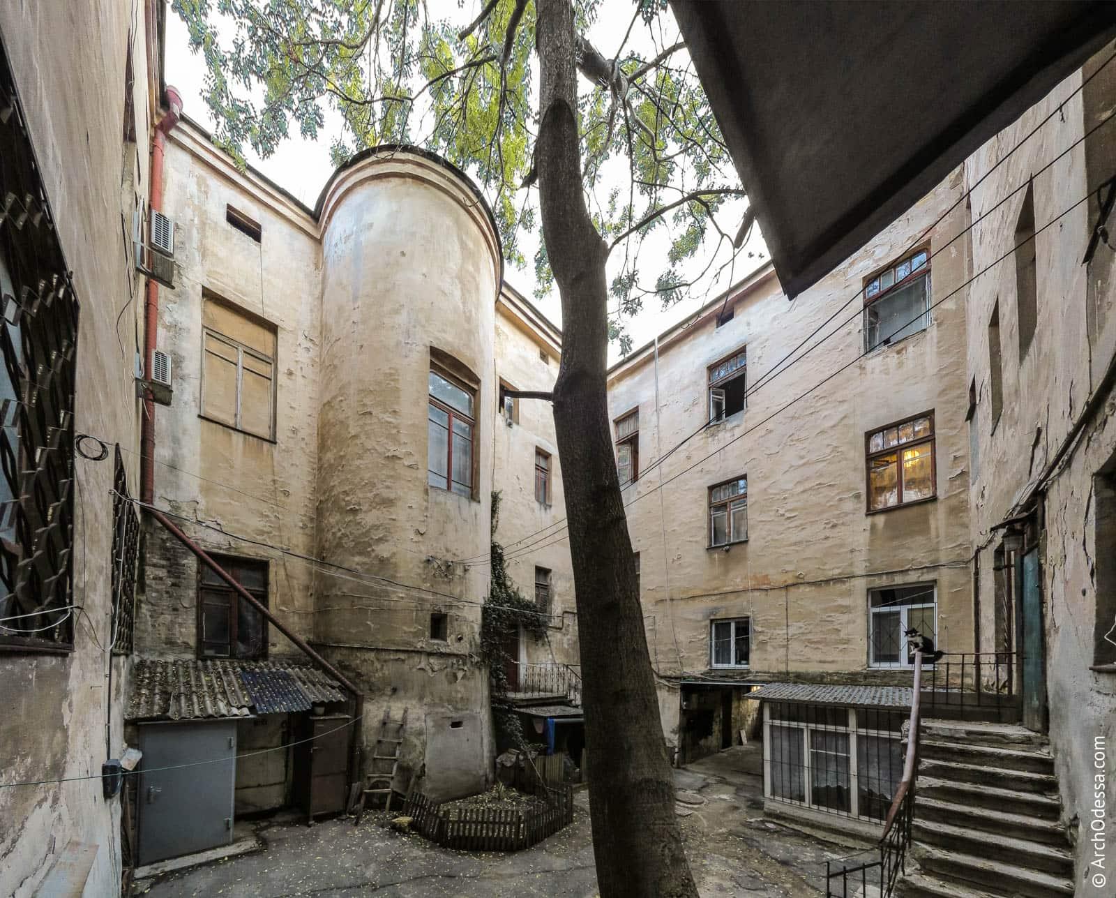 Тыльные фасады лицевых крыльев доходного дома и богадельни