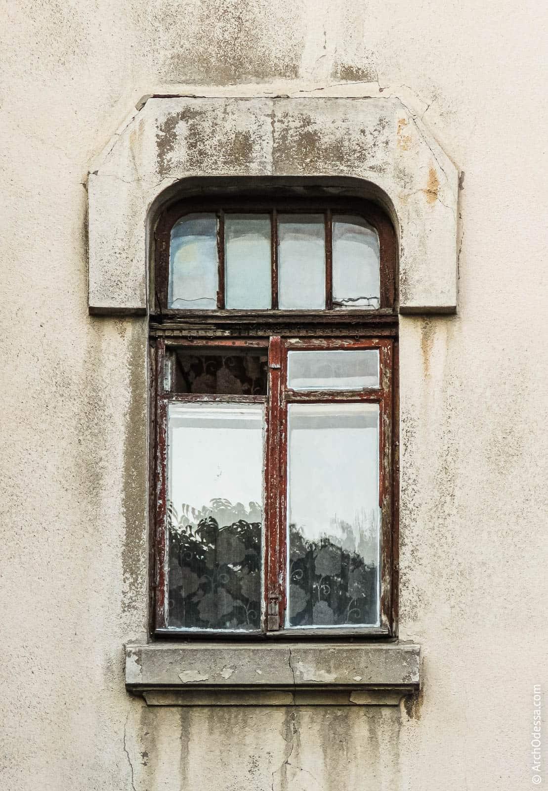 Окно второго этажа, фотография 2015 г. К нынешним временам оригинальный переплет утрачен.