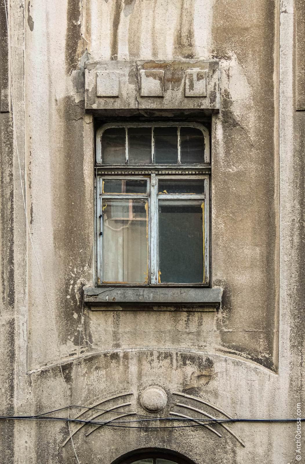 Окно второго этажа с сохранным переплетом