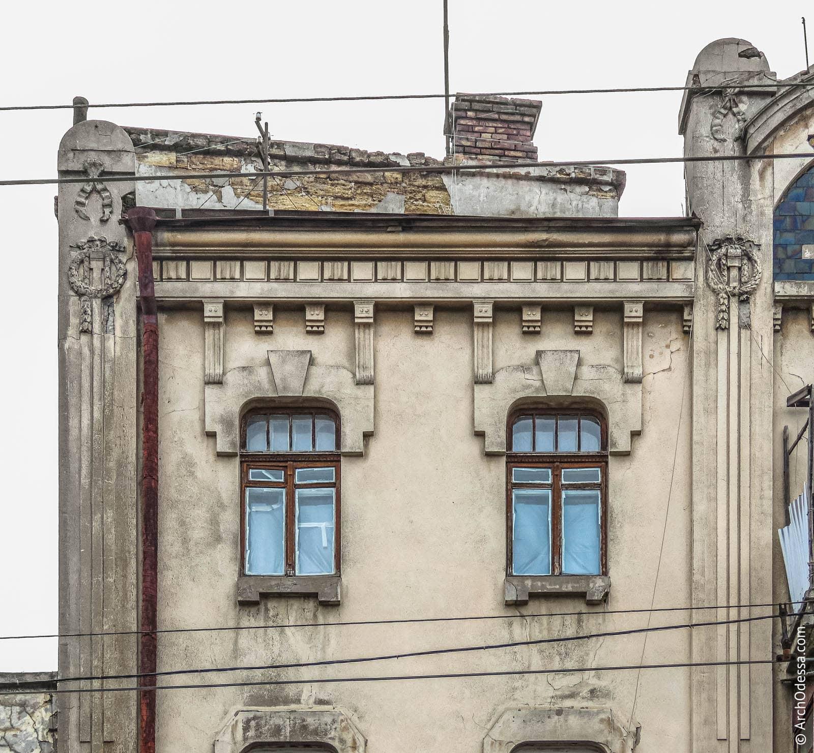 Окна третьего этажа (слева от арки)