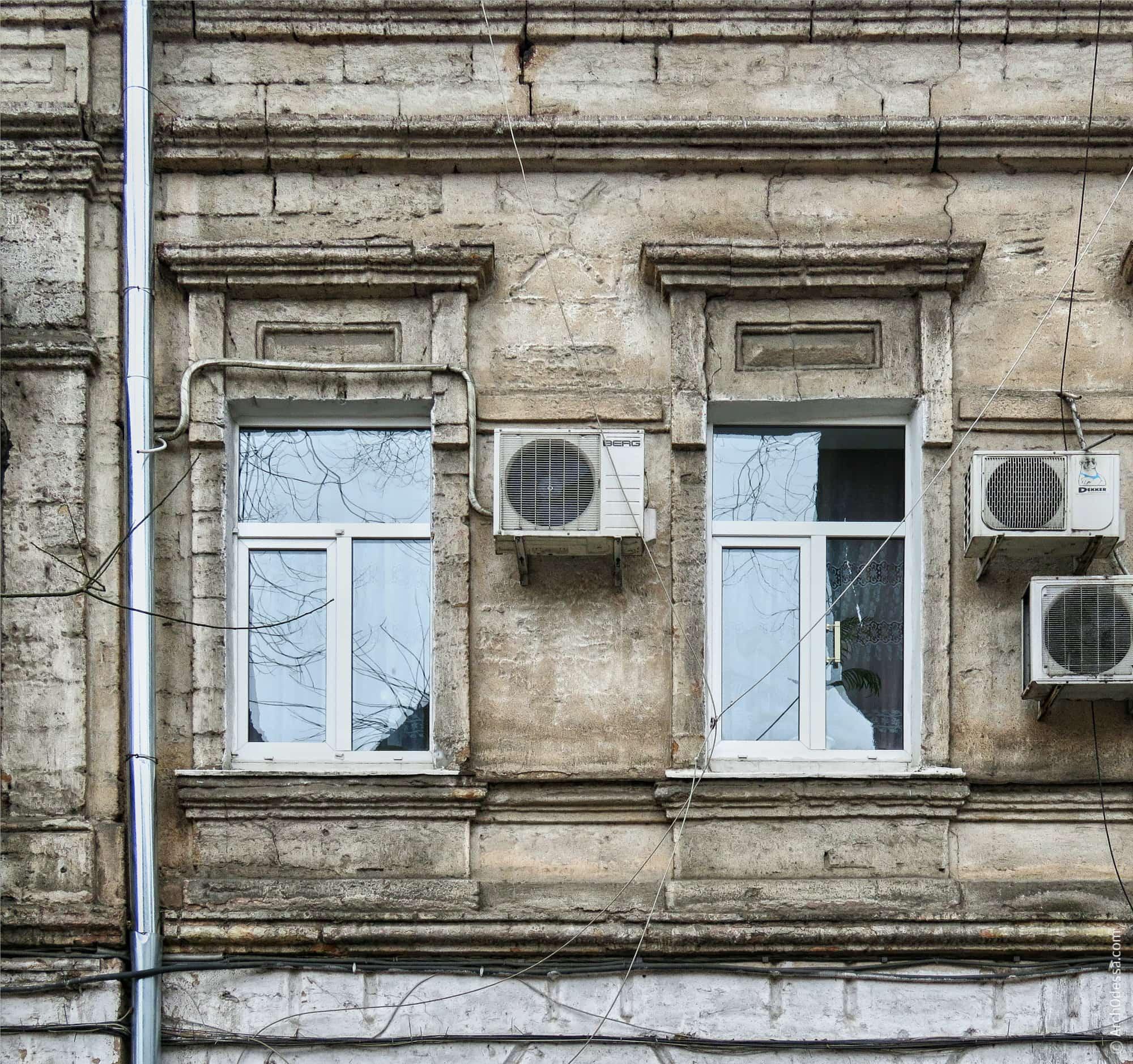 Окна с прямыми сандриками