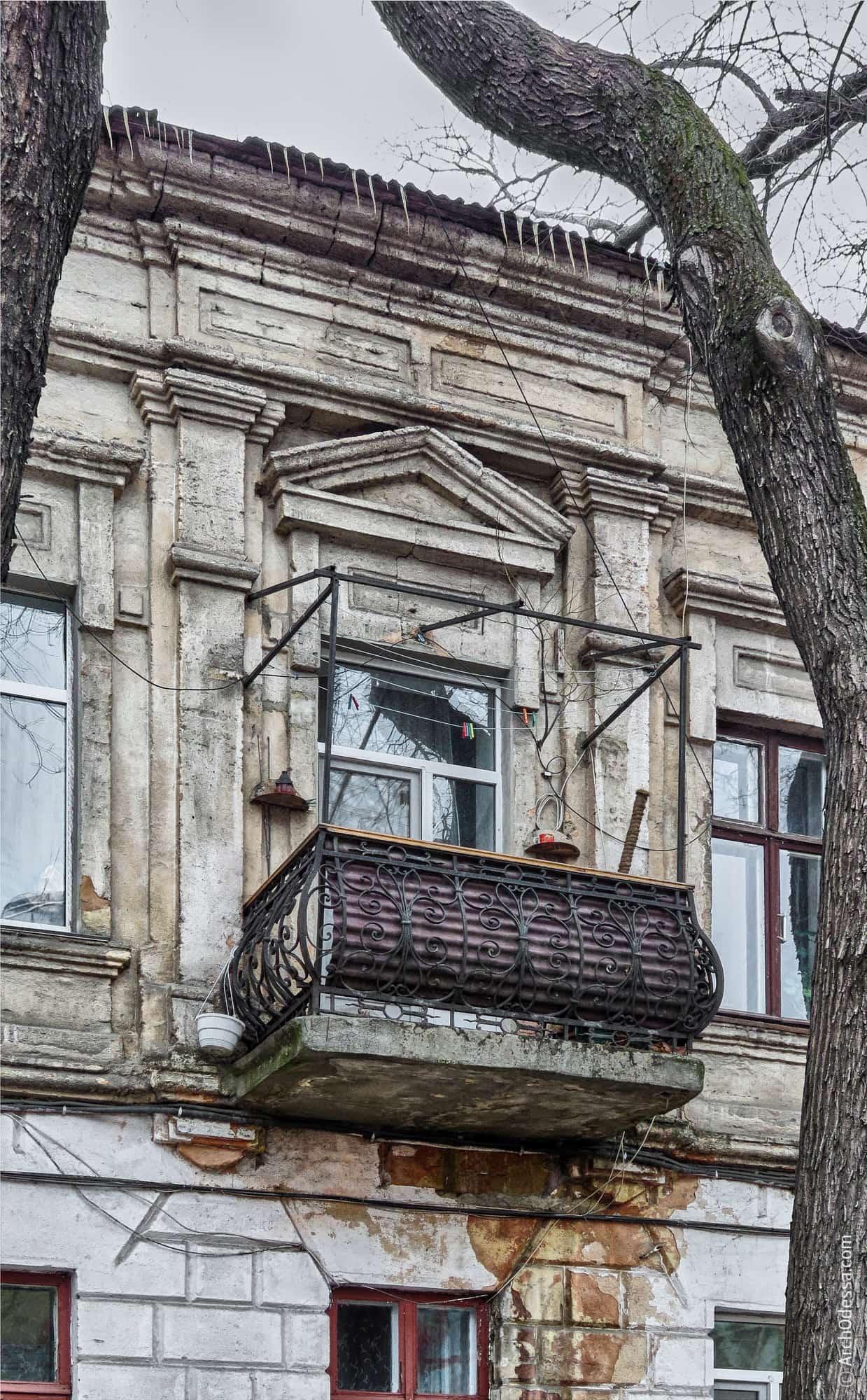 Проем с треугольным сандриком и балконом