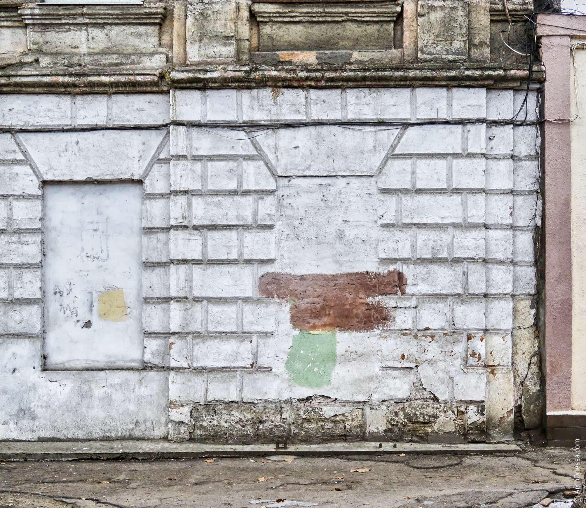 Заложенные окна (или фальш-окна) двух крайних правых осей с сохранными сандриками и рустом простенков