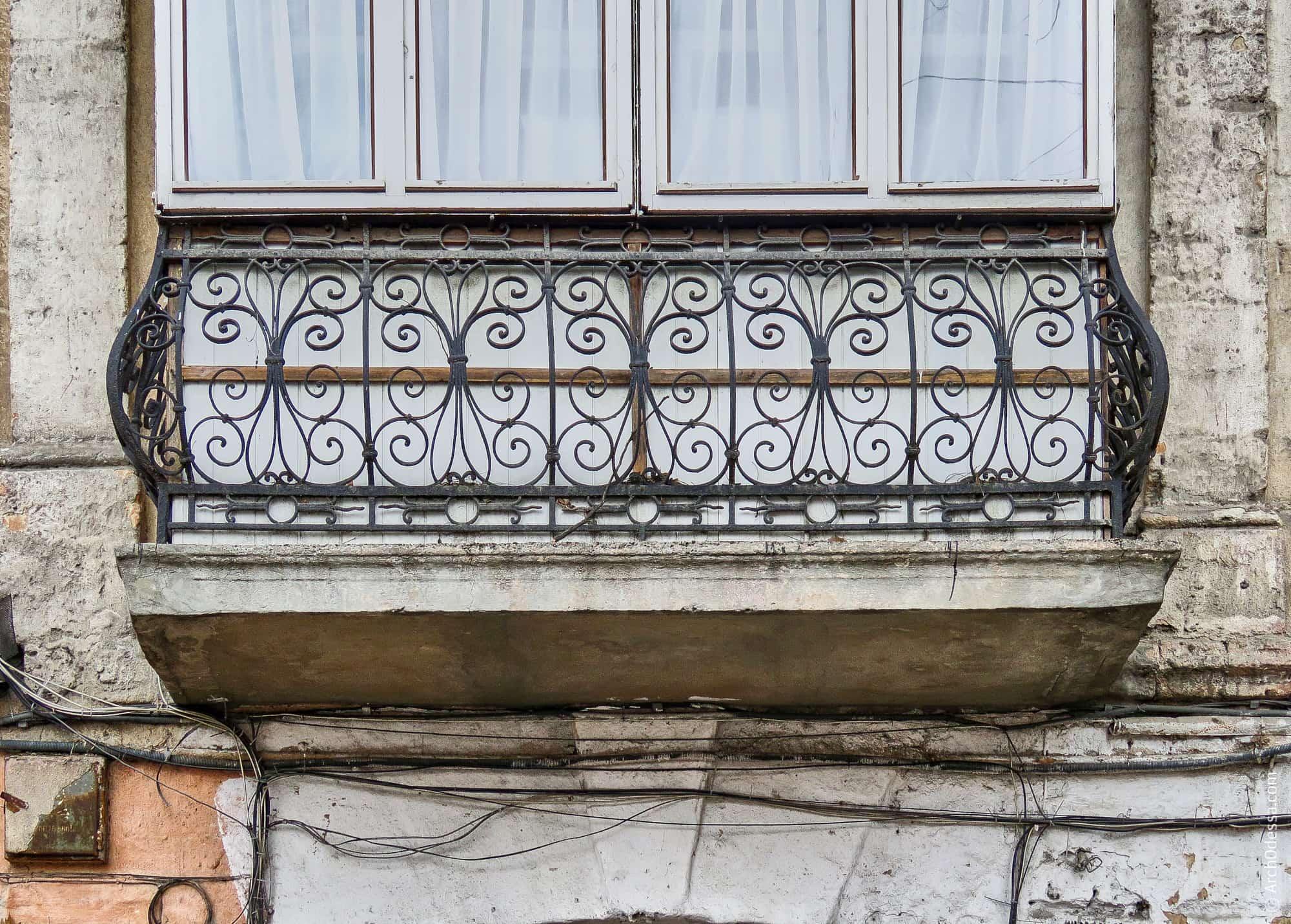 Балкон над аркой
