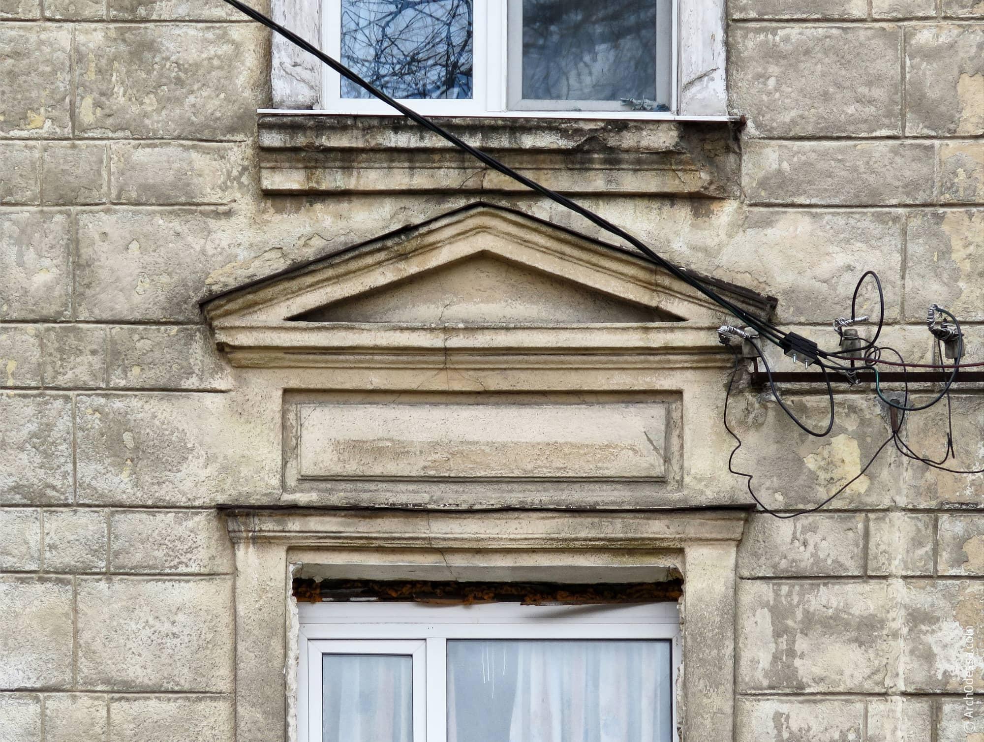 Сандрик окна центрального ризалита