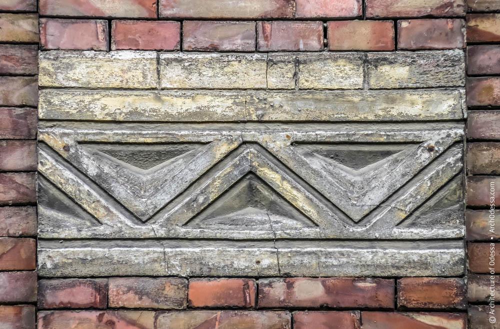 Орнаментальный барельеф в простенке