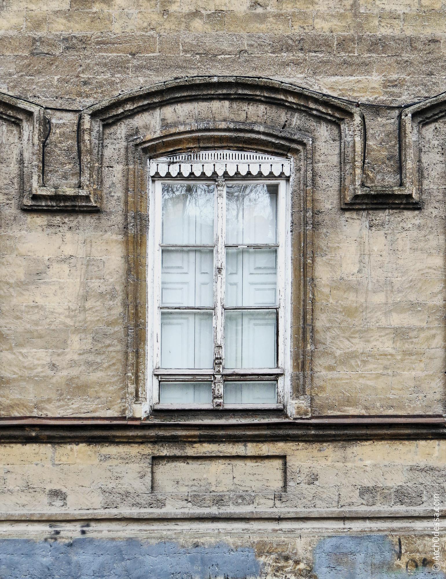 Окно лицевого фасада