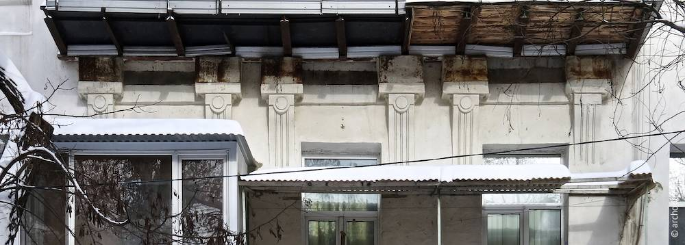 Des corniches de fenêtre du premier étage
