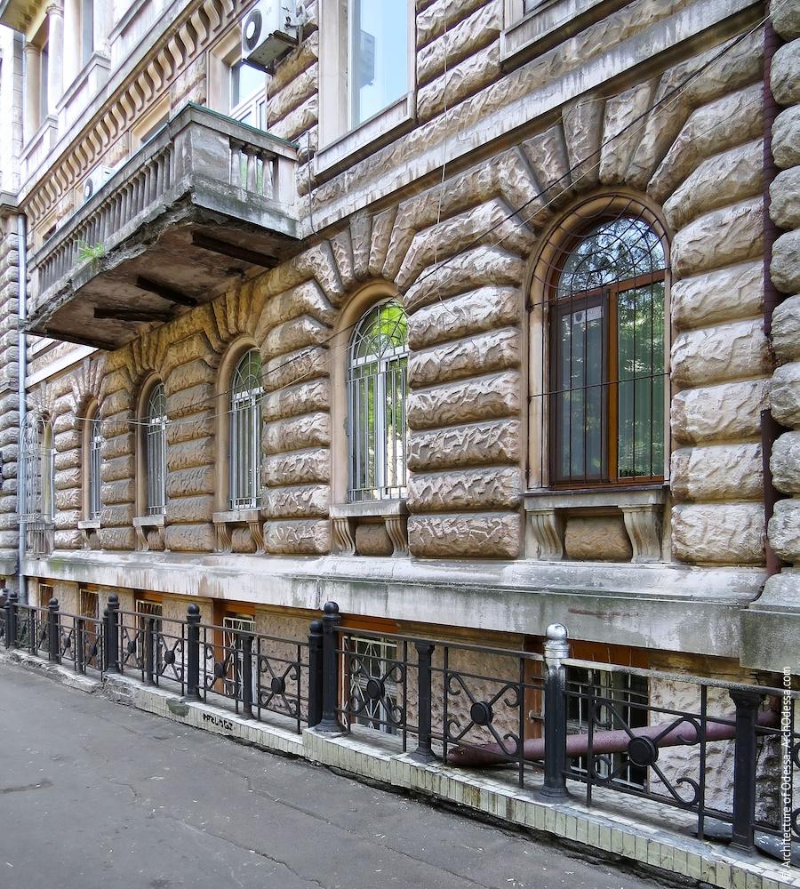 Вікна і простінки з рустом з боку Успенської