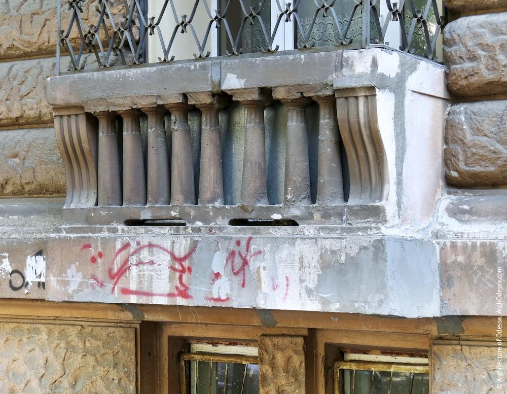 Балюстрада одного з вікон першого поверху в ризаліті з боку Успенської