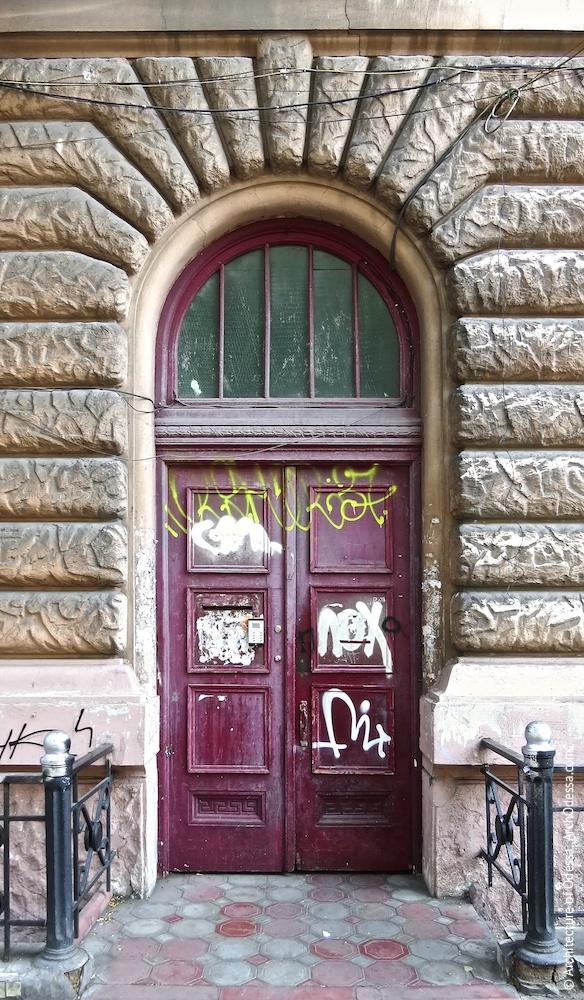 Двері під'їзду правобічного