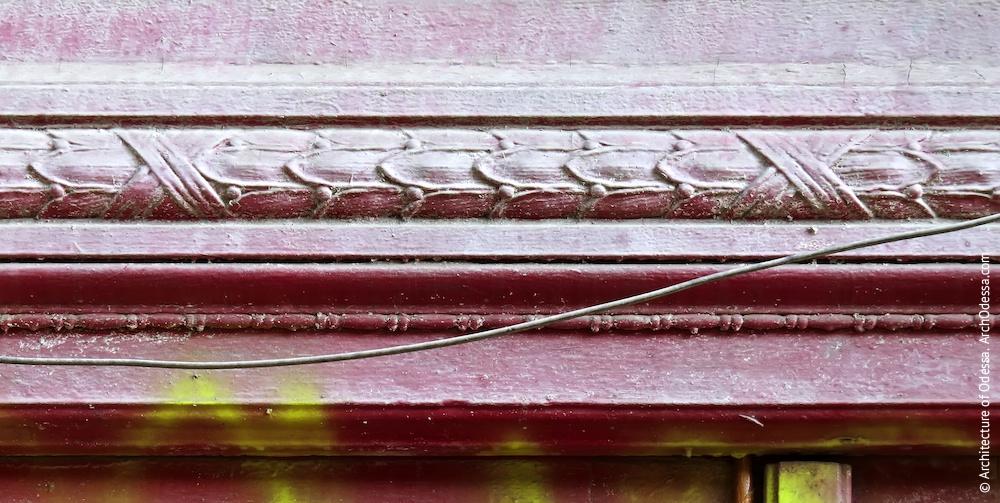 Двері правобічного під'їзду, фрагмент різьбленого орнаменту