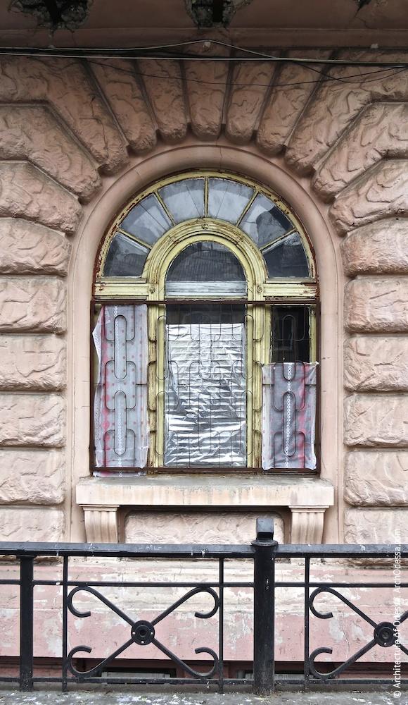 Автентичне вікно першого поверху з боку Осипова