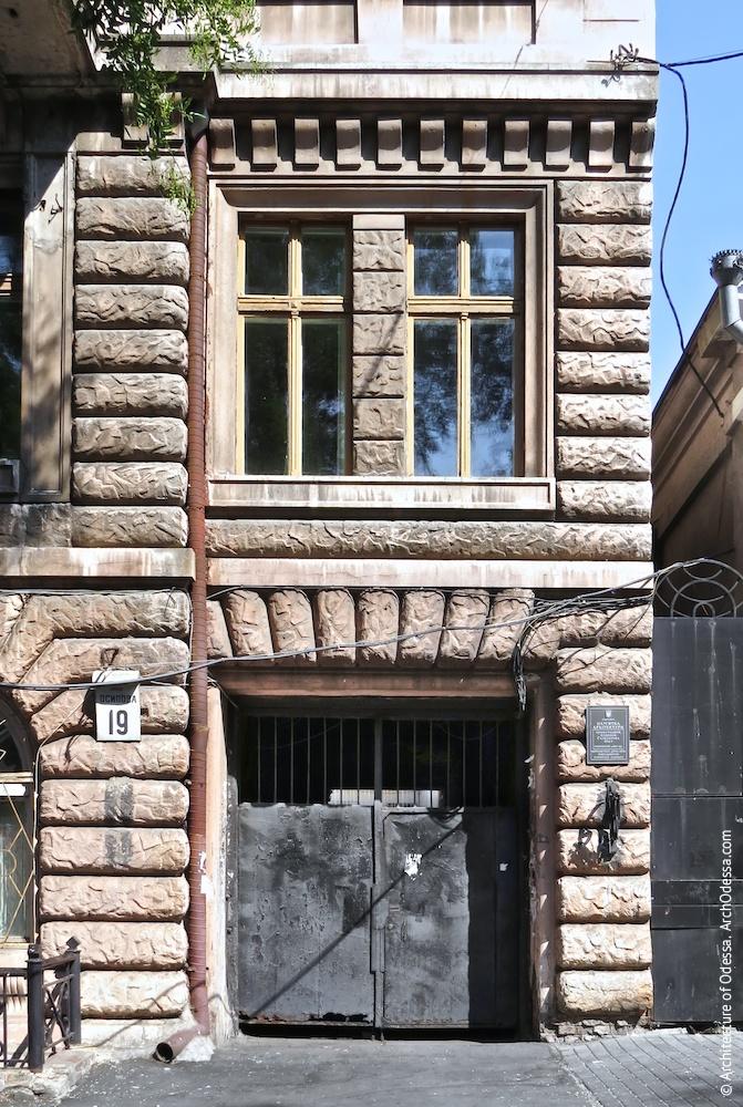 Портал і вікна другого поверху