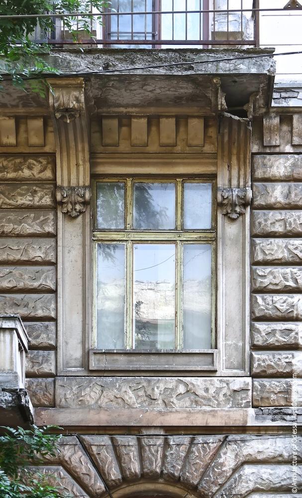 Одне з вікон з боку Успенської з вписаними в лиштву балконними консолями