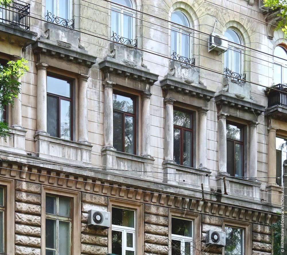 Вікна третього поверху (з боку Успенської)