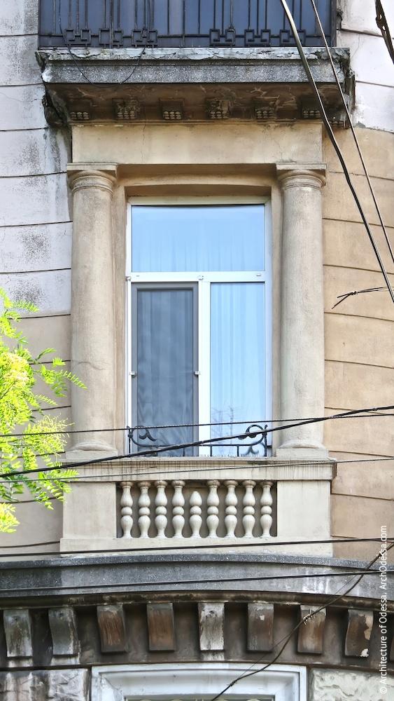 Кутове вікно третього поверху