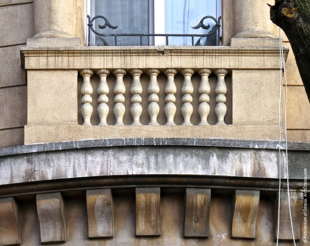 Балюстрада і квіткова огорожа кутового вікна третього поверху