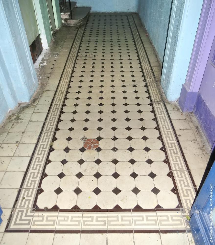 Підлога вестибюля, облицьована кахельною плиткою