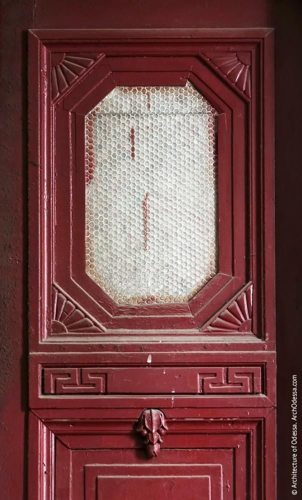 Квартирні двері, отвір у верхній частини стулки