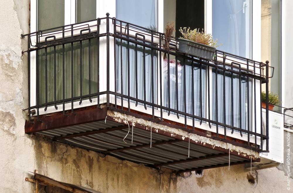 Один з балконів центрального ризаліту