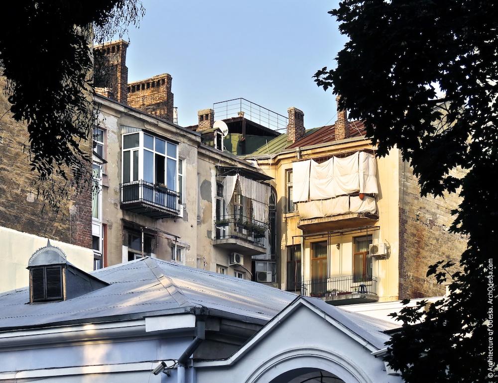 Вигляд внутрішнього дворового крила з вулиці