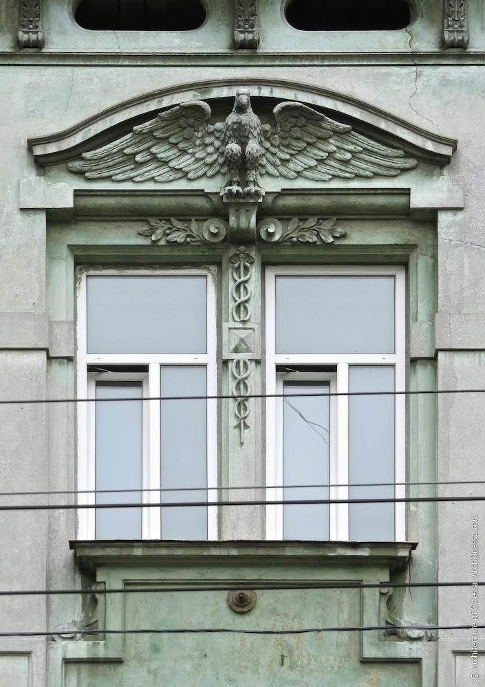 Загальний вигляд вікон та барельєфа з орлом над ними