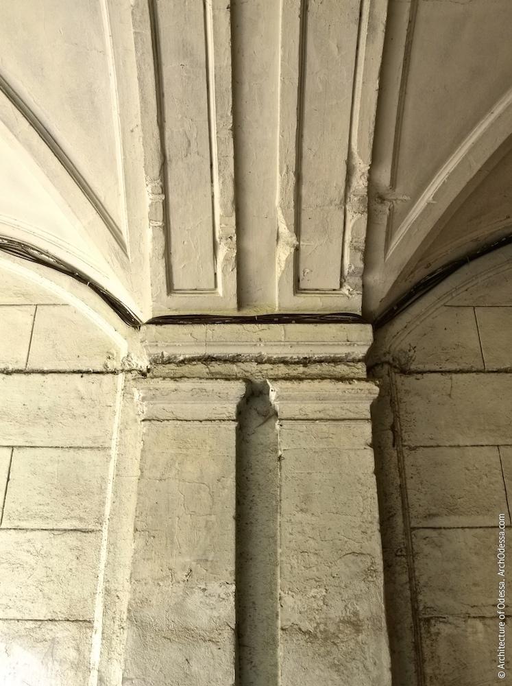 Верхні частини здвоєних пілястр і фрагмент склепінь