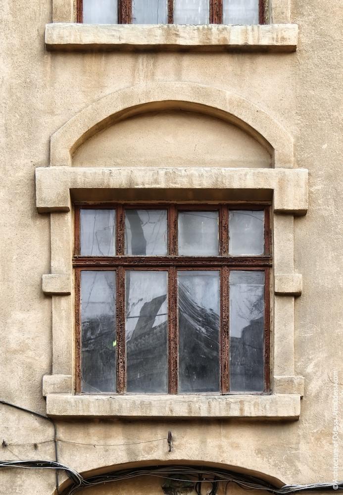 Нижнє світлове вікно, вигляд звулиці