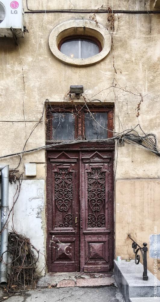 Автентичні двері і світлове вікно над ними