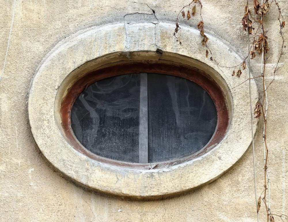 Світлове вікно над входом, вигляд з вулиці