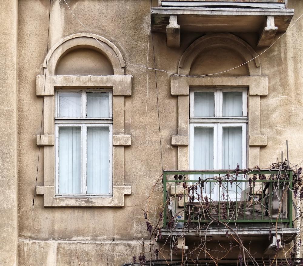 Вікна другого поверху центрального ризаліту